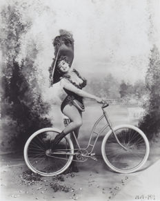 Richard Avedon (1923-2004)/LFI - Marilyn Monroe as Lillian Russell - 1958