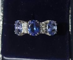 Ring in 18 kt white gold with 5.02 ct tanzanite and 0.30 ct diamonds - size 15
