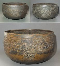 Three bronze Buddhist repoussee offering bowls with decoration - Burma - 1910 - 1940