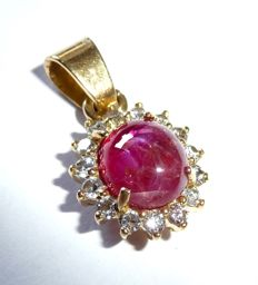 Pendant in 750 / 18 kt gold with natural ruby cabochon and 15 natural diamonds with a total weight of approx. 2.5 ct