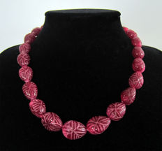 Necklace of sculpted rubies - 14 kt gold - Total length 49.5 cm.