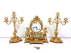 Heavy, gilt mantel clock with two original candlesticks in Romantic style – Collection D'Art – 20th century