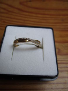 18kt yellow gold ring decorated with 30 jewels