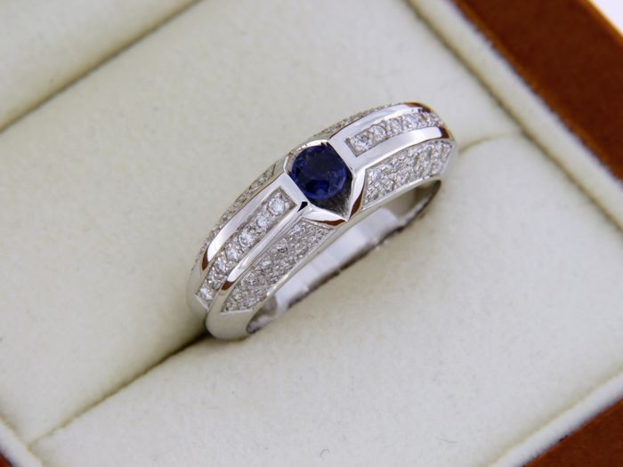 Ring in 18 kt white GOLD with Sapphire and Diamonds.