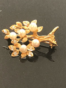 Tree brooch in gold and diamonds set with 5 small fine pearls, no reserve price