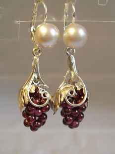 Earring with grey pearls and garnet drops