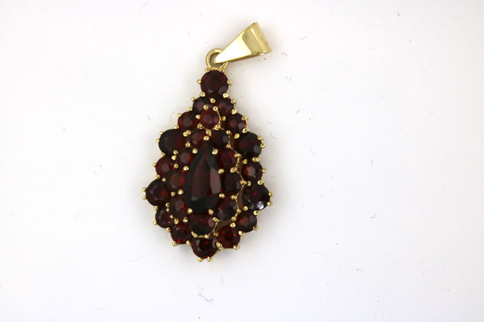 A garnet pendant with faceted Bohemian garnet (droplet shape) in 333 yellow gold