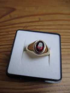 18kt yellow gold ring set with a ruby.
