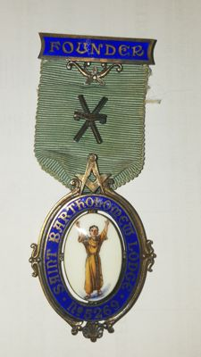 English masonic lodge medal in golden silver and enamels, from the late 1800s