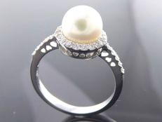 Ring with a 7.55 mm Akoya pearl and 36 brilliant cut diamonds, 0.36 ct in total