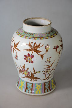 A Chinese porcelain vase - China - 19th century