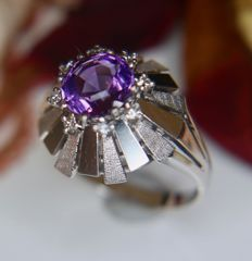14Kt vintage white Gold ring with a natural Amethyst of 1.02ct enchanted with 8 brilliant cut Diamonds (H/VS1) for 0.10ct in an excellent condition.
