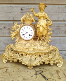 Gilded French zinc alloy mantle clock Romantique - With noblewoman - France - 2nd half of 19th century