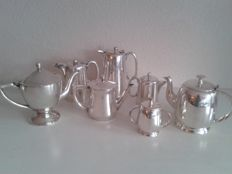 Collection of 7 silver plated coffee -and tea pots, sugar bowl  creamer