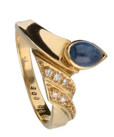 18 kt yellow gold ring set with pear-shaped cabochon cut sapphire and 5 brilliant cut diamonds, ring size 17 mm