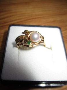 Ring in 18 kt yellow gold set with a cultured pearl and an emerald - size 56