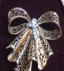 Retro period brooch in a bow shape. 18 kt gold, set with brilliants. From the 30s.