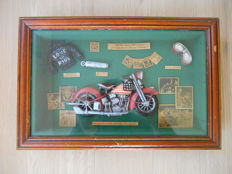 Amerikaanse houten vitrine/ fourniturenkastje 'Customized 1936 motorbike with the famous stars and stripes' - ca. 1960 - USA