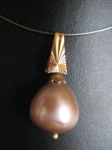 Gold pendant with large Pearl