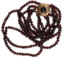 14k 3-strand necklace made of garnets with a yellow gold decorated clasp set with a garnet - Length 42 cm