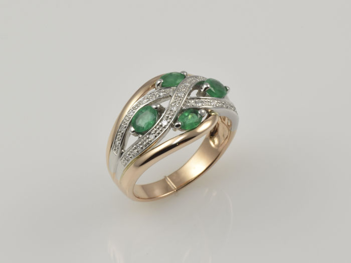 14 kt gold. Ring. Emerald. 0.11 ct diamond. Size 60 (19 mm in diameter). No reserve price.