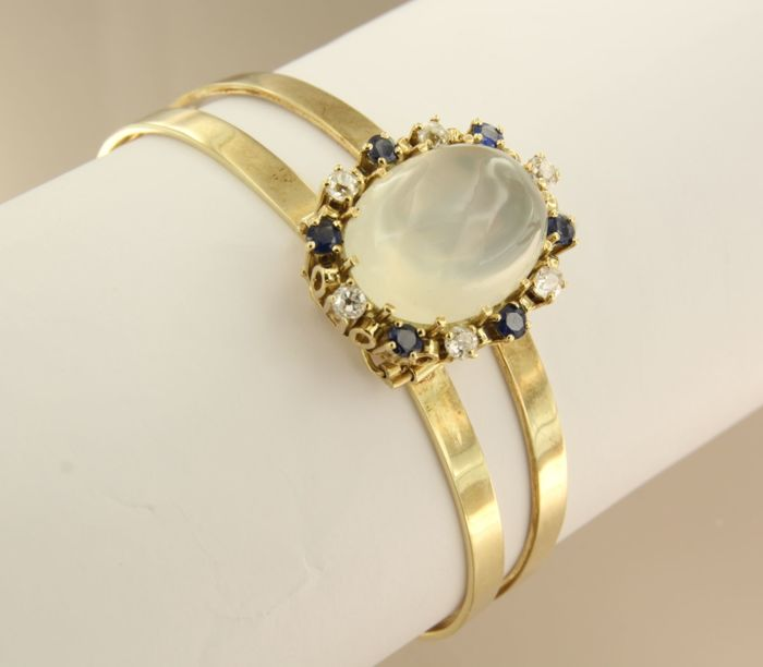 14 kt gold cuff with old-European-cut diamonds, sapphires and oval moonstone, inner size: 5.3 cm x 4 cm
