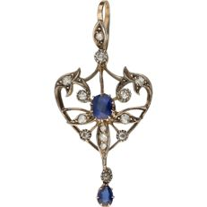 14 kt Bi-colour pendant set with two synthetic sapphires and fourteen octagon cut diamonds of approx. 0.29 ct in total – 44 mm x 21 mm