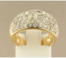 18k bicolour gold ring set with 59 brilliant cut diamond, approx. 1.80 carat in total, ring size 16.25 (51)