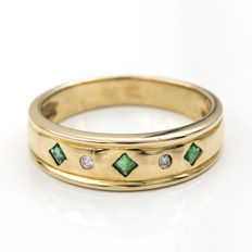 18 kt Yellow gold – Cocktail ring – Brilliant cut diamonds – Princess cut emeralds – Inner diameter ring: 18.70 mm