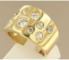 18 kt Yellow gold ring set with 11 Bolshevik cut diamonds.