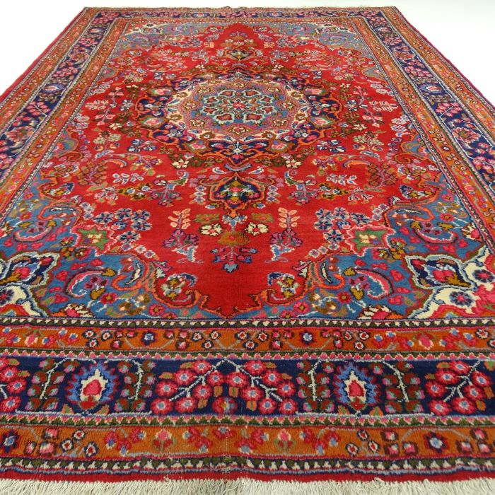 "Mashhad – 287 x 193 cm – ""Persian eye-catcher – Richly decorated and in beautiful condition""."