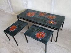 Adri - vintage mimiset equipped with retro tile tableaus depicting flowers