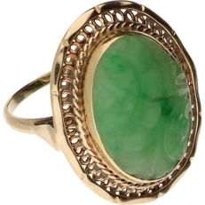 14 kt yellow gold ring, set with an oval-cut piece of jade, 18.25 mm