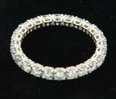 14k white gold full alliance ring set with 23 brilliant cut diamonds of approx. 1.60 carat in total ring size 18 (56)