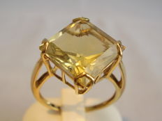 A gold ring with a square faceted citrine of 9.5 to 10 ct.