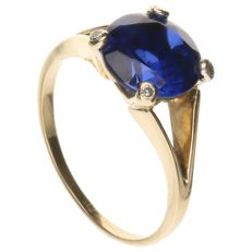 14 kt Yellow gold ring set with a synthetic sapphire and 4 brilliant cut diamonds of approx. 0.04 ct in total – Inner size: 17 mm