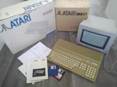 Atari 1040STF computer with Atari SM124 monitor, both in original box with manuals - with extra's (diskettes, extra manuals, etc)