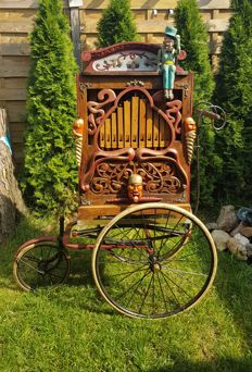 Street organ with base