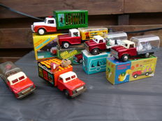 STF, China - Length approximately 18-25 cm - Lot with 6 tin animal transport trucks with friction motor, 1970s/80s