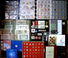 World, batch of coins, banknotes and miscellaneous 1858/2017 (approx. 650 different ones) including gold and silver in 3 albums and separately.