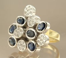 18 kt bi-colour gold ring set with sapphire and 35 brilliant cut diamonds of approx. 0.30 ct in total, ring size 17.25 (54)