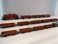 Minitrix N - 2064/3251/3254 - Diesel locomotive BR261 with 12 low sided boxcars and one baggage wagon/brakeman's car of the DB