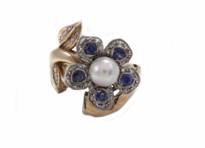 Ring in 14 kt gold and 925 silver with 0.25 ct natural diamonds, sapphires and a pearl – size 17.5