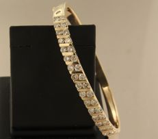 18 kt yellow gold hinged bracelet, set with 34 brilliant cut diamonds of approx. 2.30 ct in total, inner size 5.2 cm x 4.7 cm