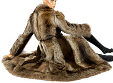 Elegant feminine fur coat with leather, washable fur coat raccoon with belt and new lining