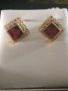 750 gold earrings with rubies - Measurements: 1.2 cm x 1.2 cm