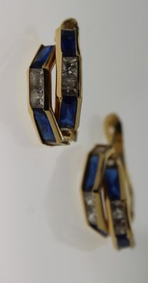 14 kt yellow gold earrings with sapphire and zirconia – Measurements: 4 x 14 mm