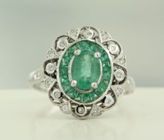 14 kt white gold ring with emeralds and brilliant cut diamonds, ring size 17.25 (54)