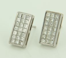 18 kt white gold ear studs set with 1.25 carat princess cut diamonds, measurements 12 x 6 mm
