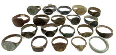 Fine selection of 20 intact and decorated Ancient Roman and Medieval bronze wearable rings - 16 - 22 mm (20)